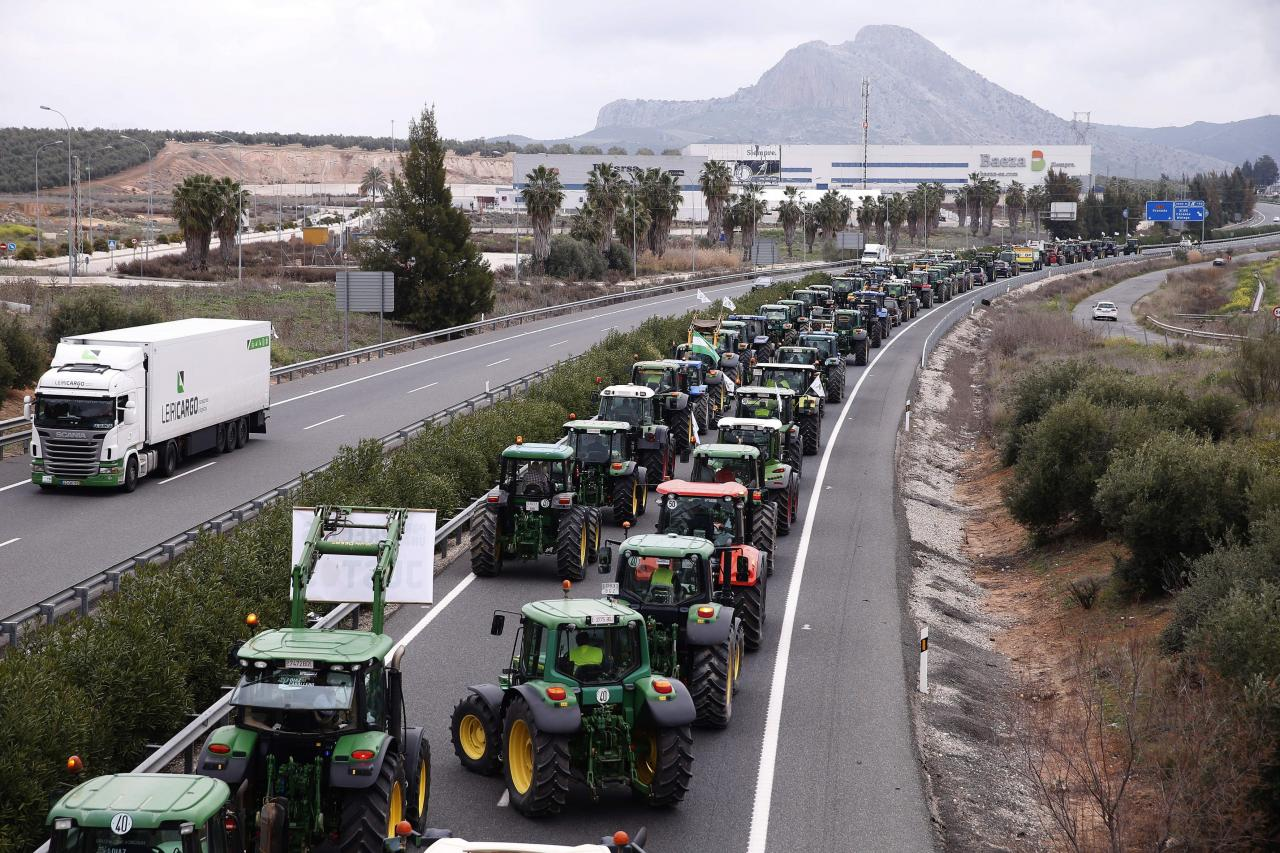 Mil tractores cortan la A-92 y la A-45 contra los bajos precios del campo