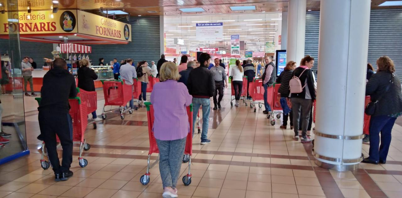 Colas controladas este domingo en los supermercados con apertura comercial