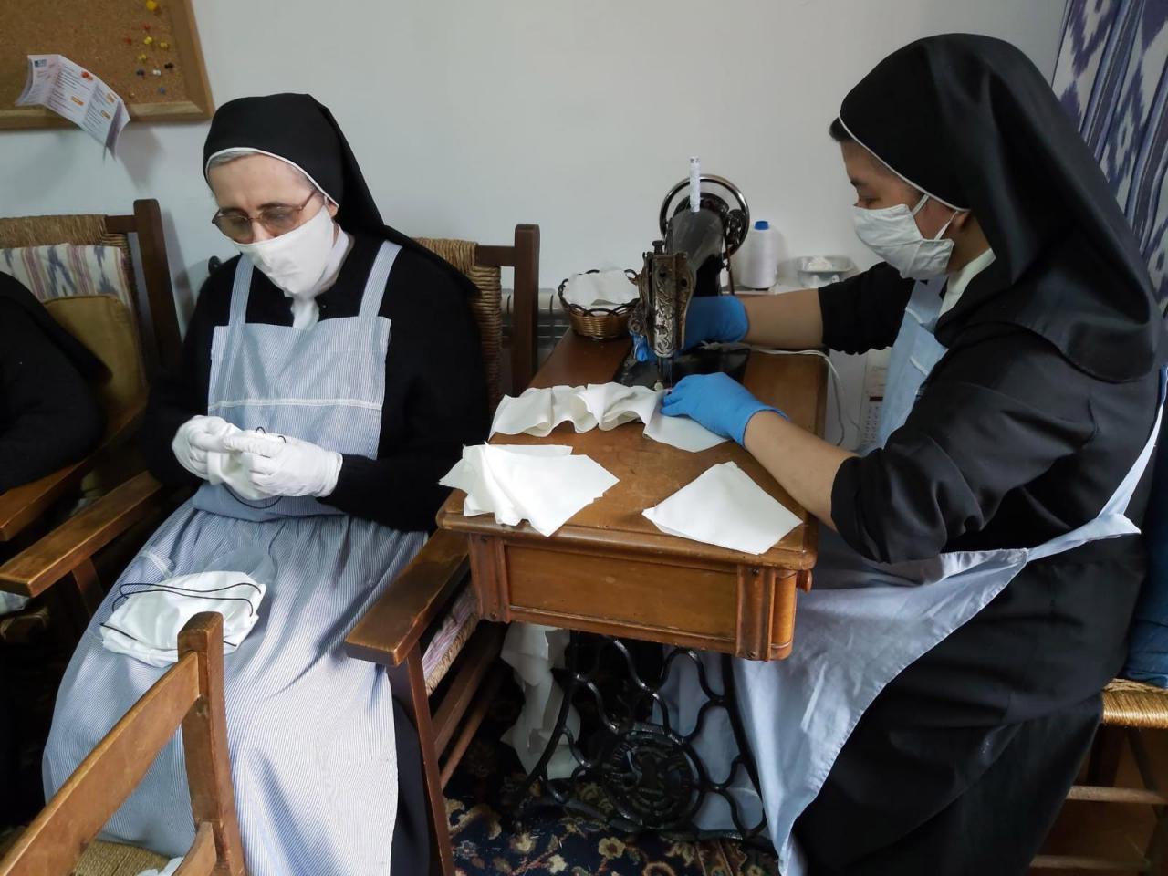 Las monjas de Santa Magdalena confeccionan mascarillas para varios centros
