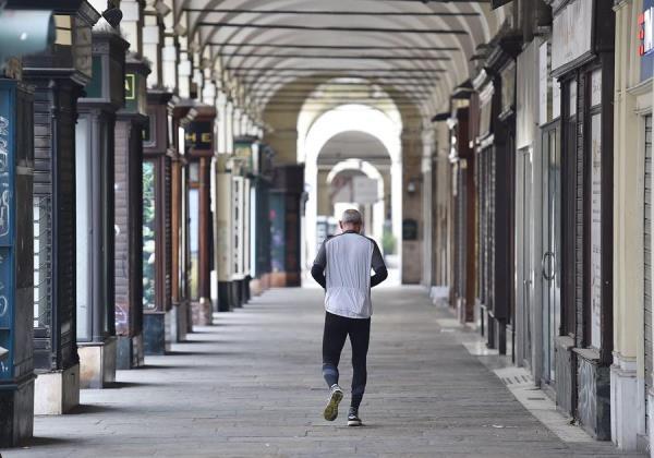 Más de 100.000 empresas italianas abren pese a no ser actividad esencial