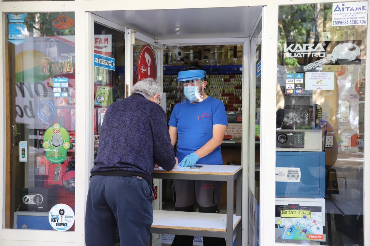 Comercios y peluquerías suben la persiana entre colas, medidas de seguridad y listas de espera