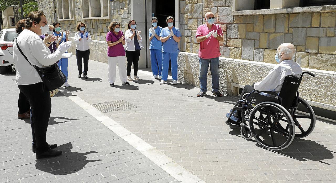 palma pedro anciano de 94 sale de alta del hospital joan march y ingr