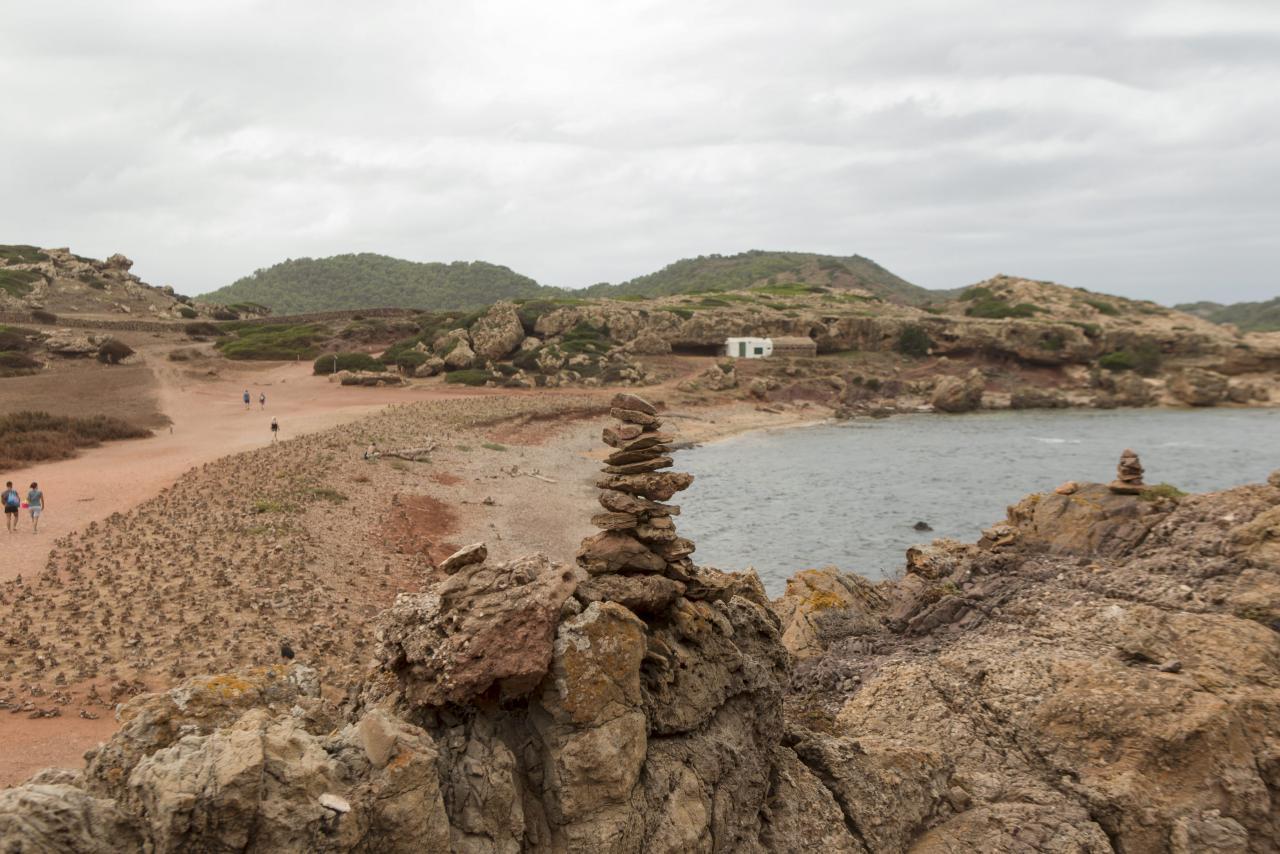 Expertos alertan de la erosión y el deterioro del paisaje que ocasionan los montículos de piedras
