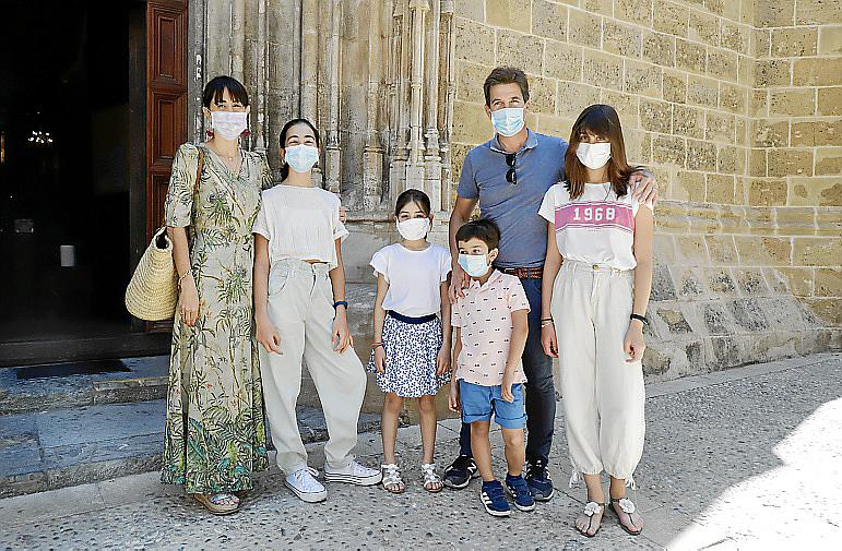 El exconcejal d'Esports del Ajuntament de Palma, Fernando Gilet, con toda su familia, antes de entrar a misa