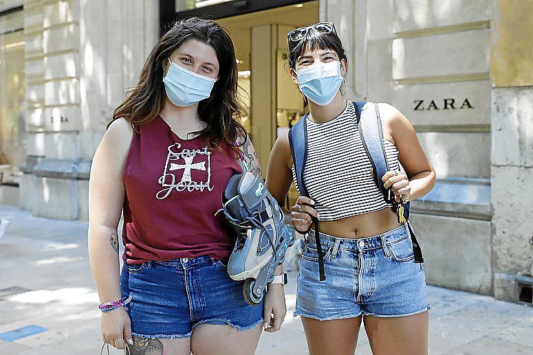 Ainhoa Gil y Julieta Tesone, de compras antes de ir a la playa