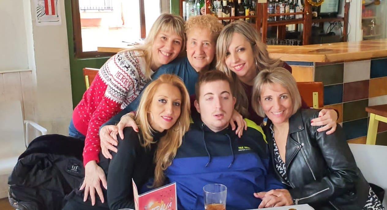Roberto con su madre, sus tías, su abuela y sus primas