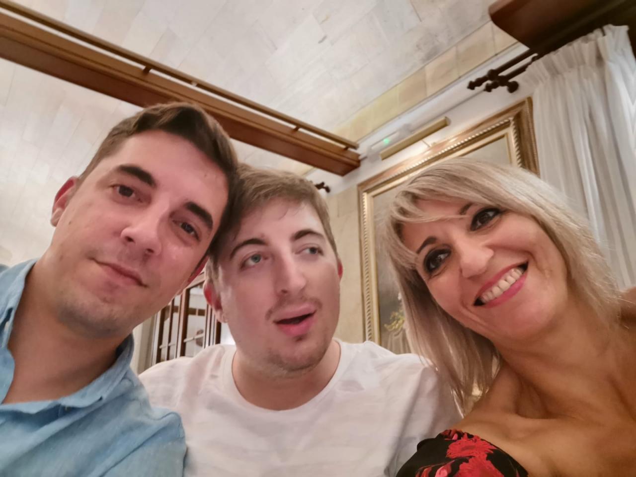 Roberto, en el centro, junto a su hermano y su madre