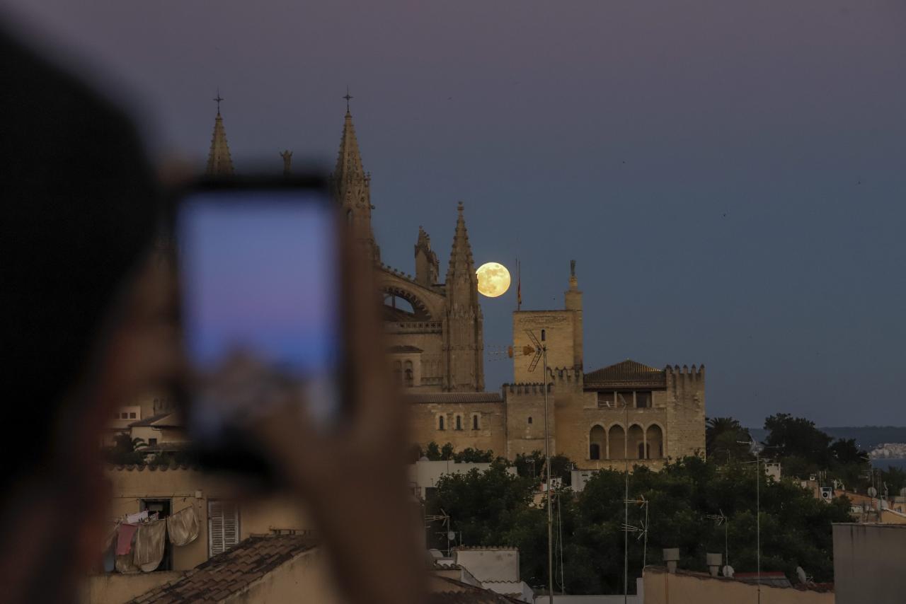 Palma luna llena catedral la seu foto Miquel A Cañellas