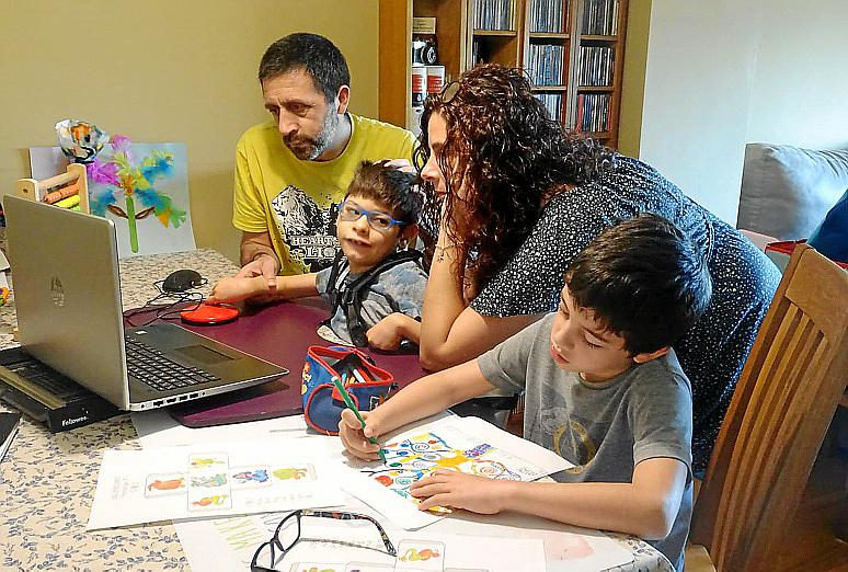 «Los padres hemos tenido que asumir roles que no nos corresponden»