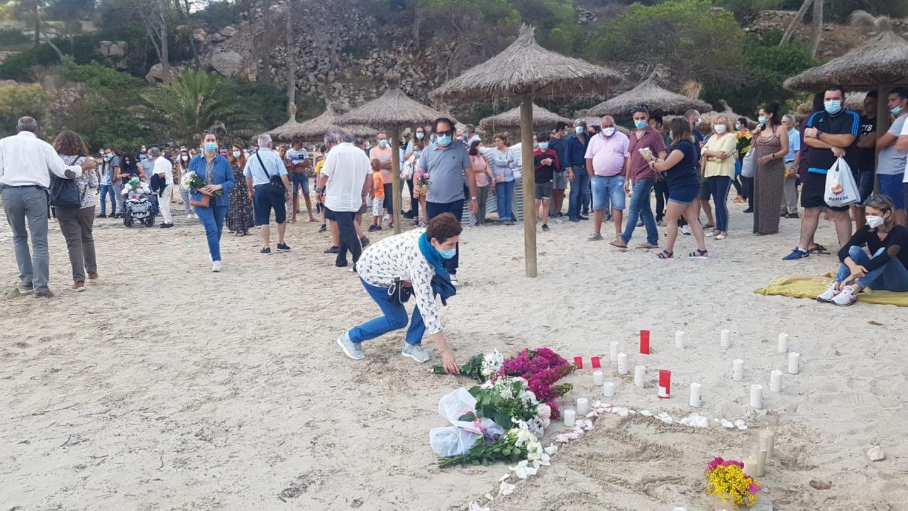 Homenaje bajo el sol al submarinista fallecido en la playa de Portals Vells