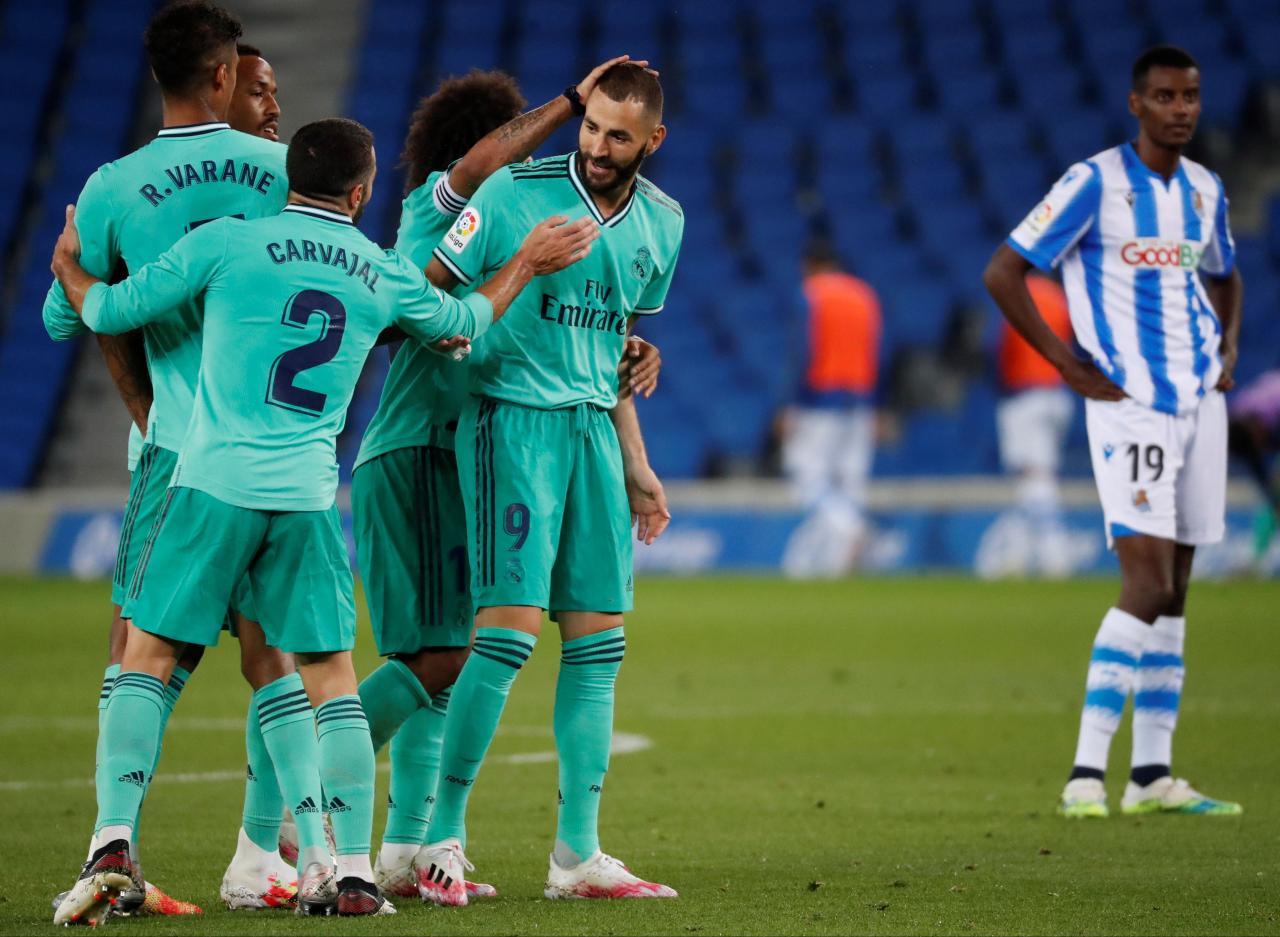El delantero del Real Madrid Karim Benzemá celebra con sus compañeros tras marcar el segundo gol ante la Real Sociedad.