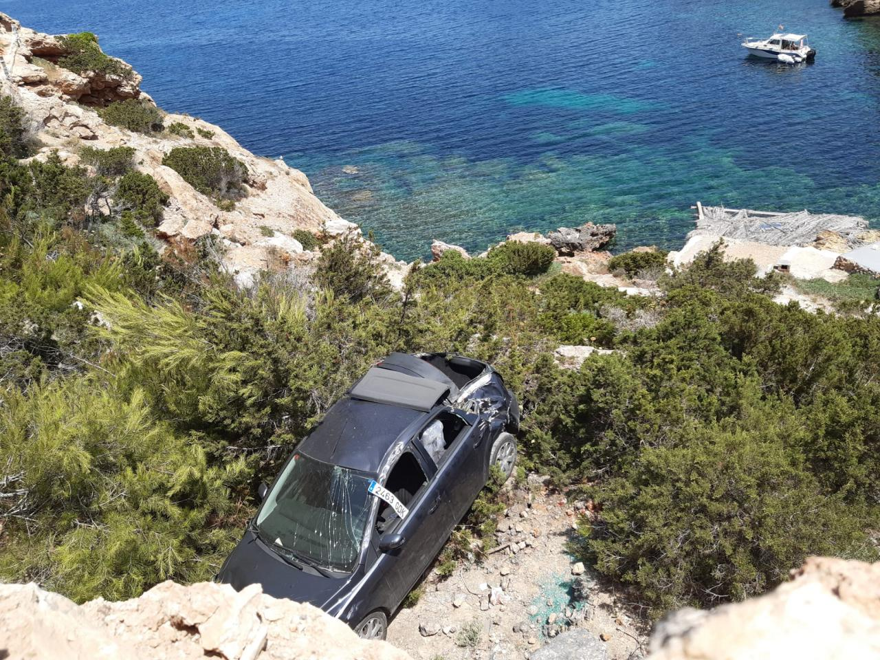El vehículo, tras su caída.