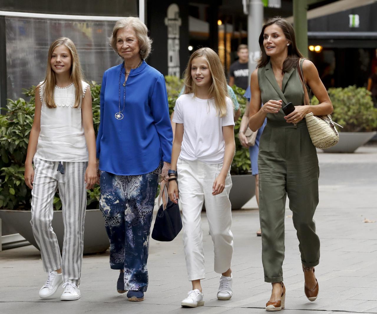 La reina Letizia y la reina Sofía salen del cine