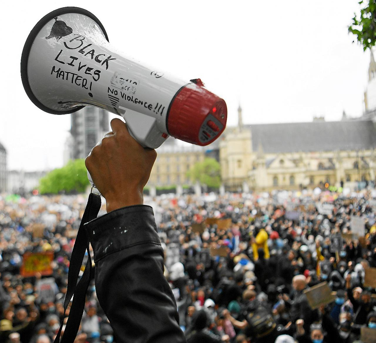 LONDRES. RACISMO. Miles de personas se manifiestan en Londres contra la muerte de George Floyd.
