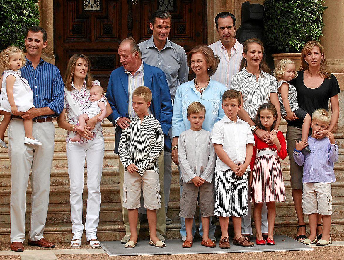 POSADO - FOTO OFICIAL DE LAS VACACIONES DE VERANO DE LA FAMILIA REAL EN MARIVENT 2007.