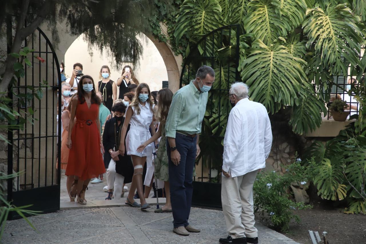 Tumi Bestard, presidente de la Asociación San Junípero Serra, recibe a los Reyes y sus hijas en el museo