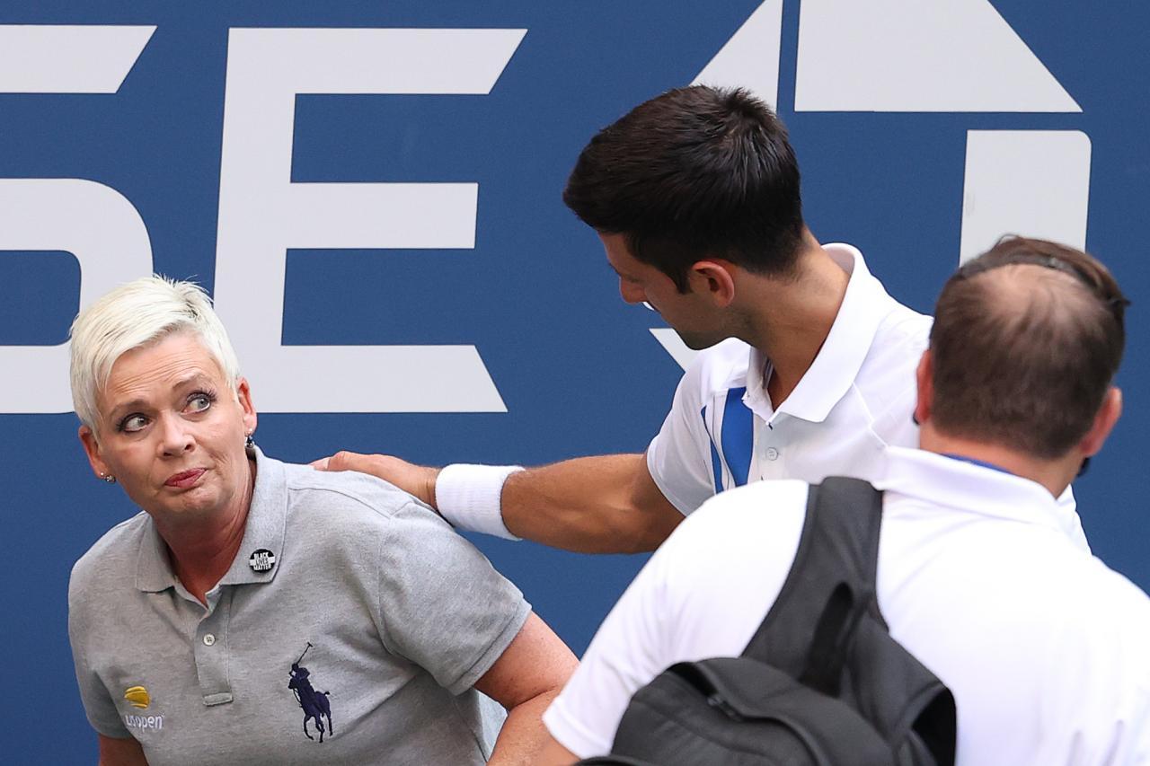 Djokovic Descalificado Por Un Pelotazo A Una Juez De Linea En El Us Open