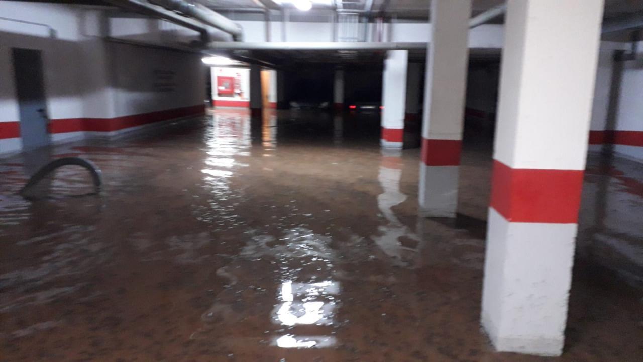 Un aparcamiento de Andratx, inundado.