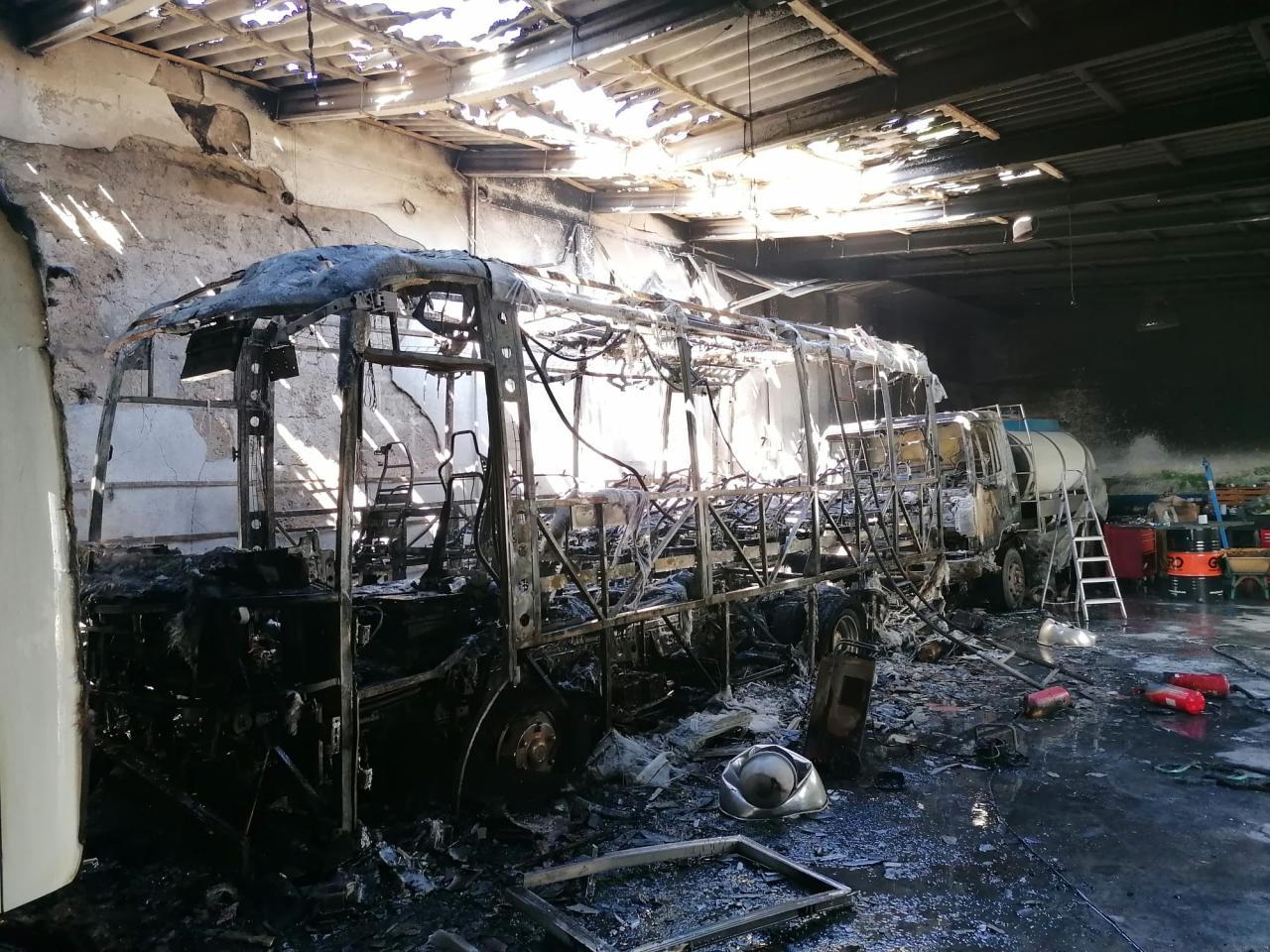 Fuego y explosiones en las instalaciones de autocares Pujol en Andratx