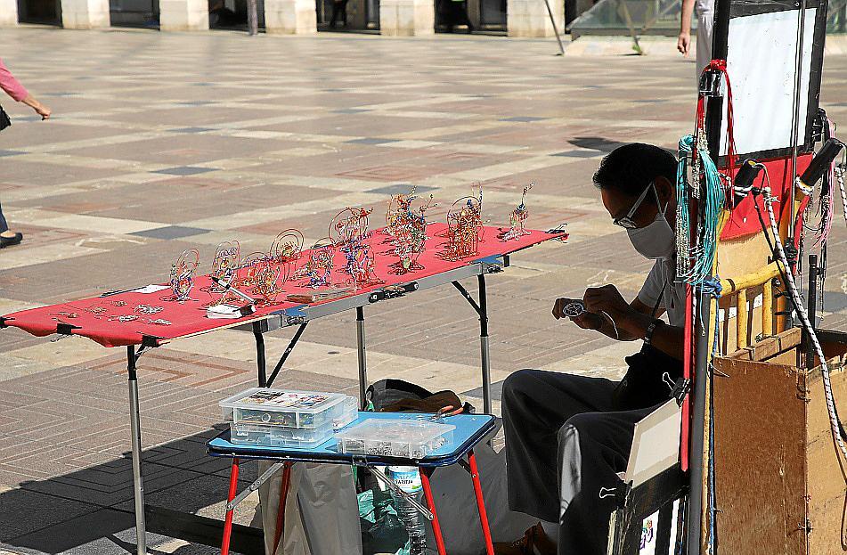pintores, músicos, estatuas humanas, mimos.