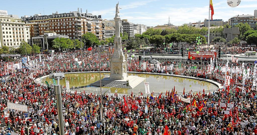 Multitudinaria manifestación en la plaza de Colón bilaketarekin bat datozen irudiak