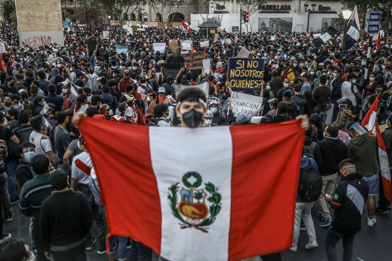Multitudinaria protesta en Lima contra el nuevo Gobierno