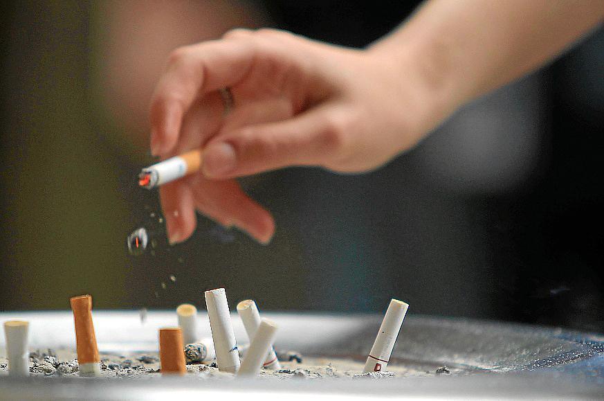 El Govern autorizará fumar en la calle si se guardan las distancias