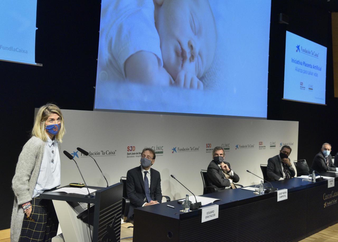 Luisa Martínez, madre de un bebé prematuro, y Eduard Gratacós, director de BCNatal y líder del proyecto disruptivo de placenta artificial.