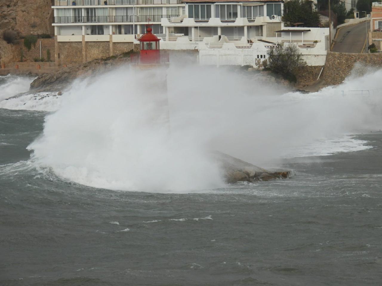 Las olas han llegado a la altura del faro de Andratx