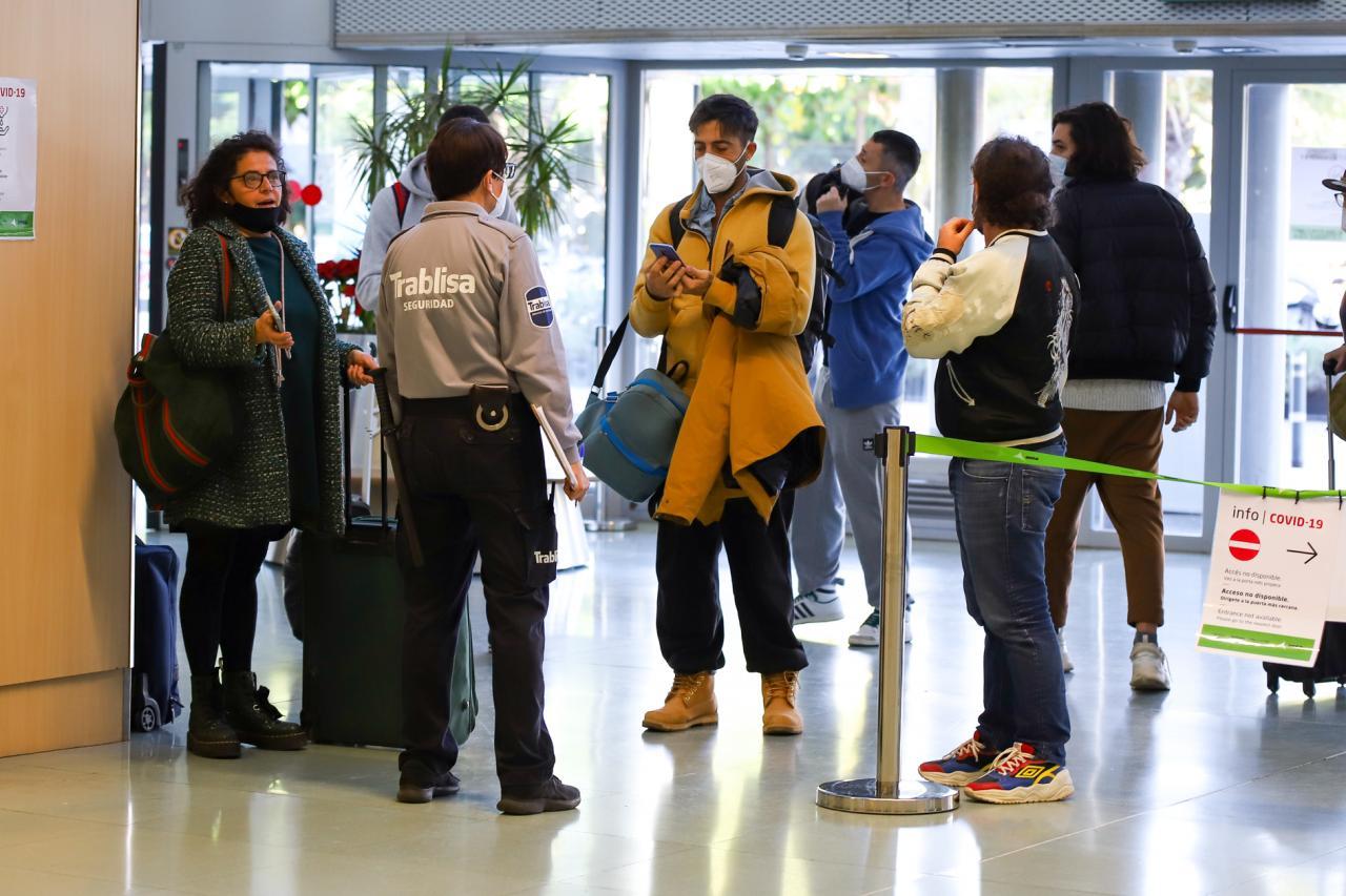 Desinformación y pruebas de antígenos en el primer día de controles nacionales Personal sanitario ayer por la mañana en el dispositivo de control a la llegada.