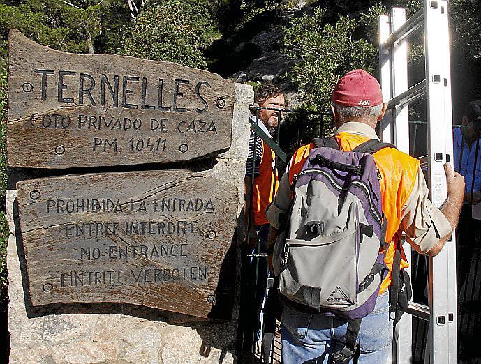 MAS DE 500 PERSONAS SALTAN LA VALLA QUE IMPIDE EL ACCESO A TRAVES DEL CAMI DE TERNELLES .