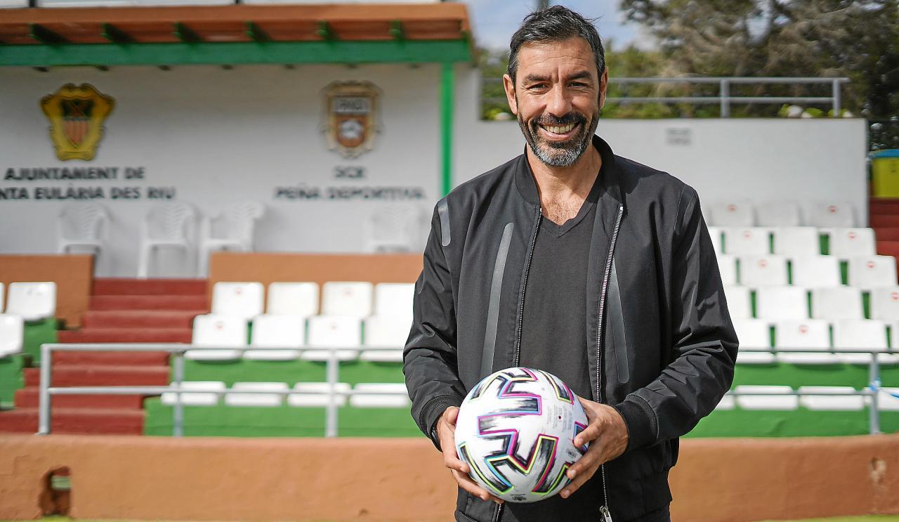 Feliz. Robert Pirès vive con alegría su nueva vida en la isla y ya se siente uno más en la Peña Deportiva.