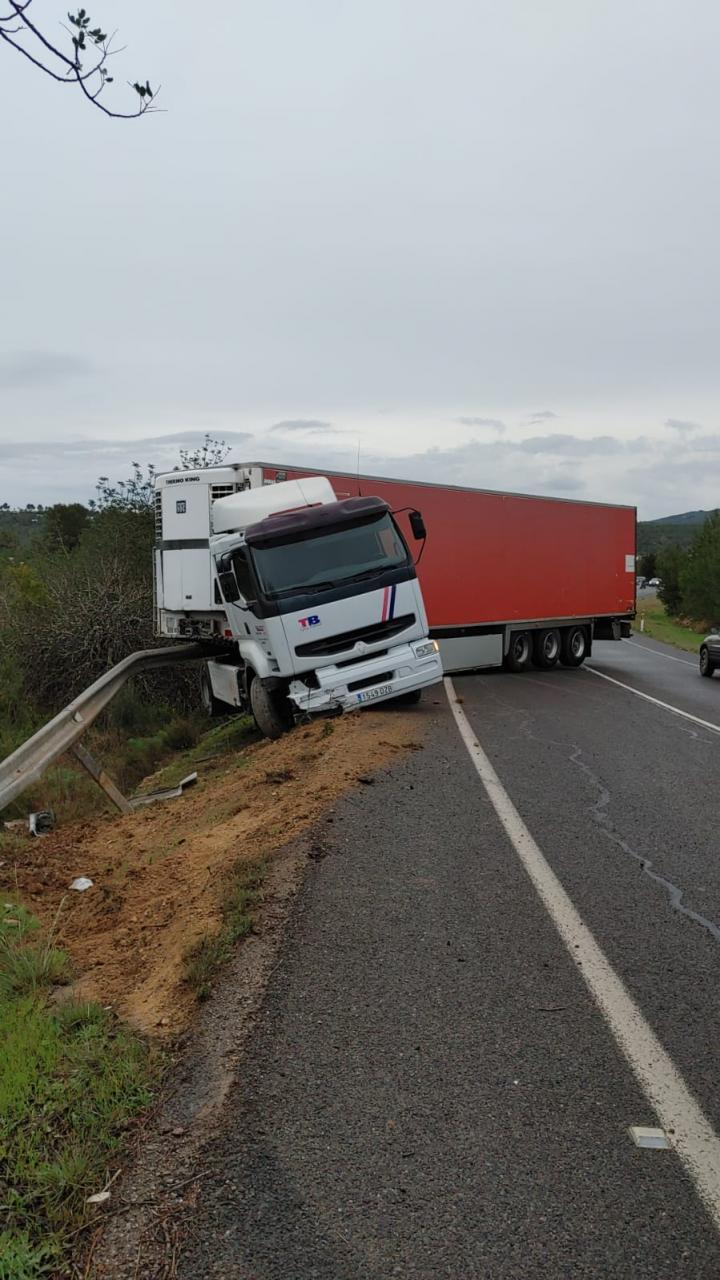 Aparatoso accidente de un camión tráiler entre Sant Rafel y Santa Gertrudis