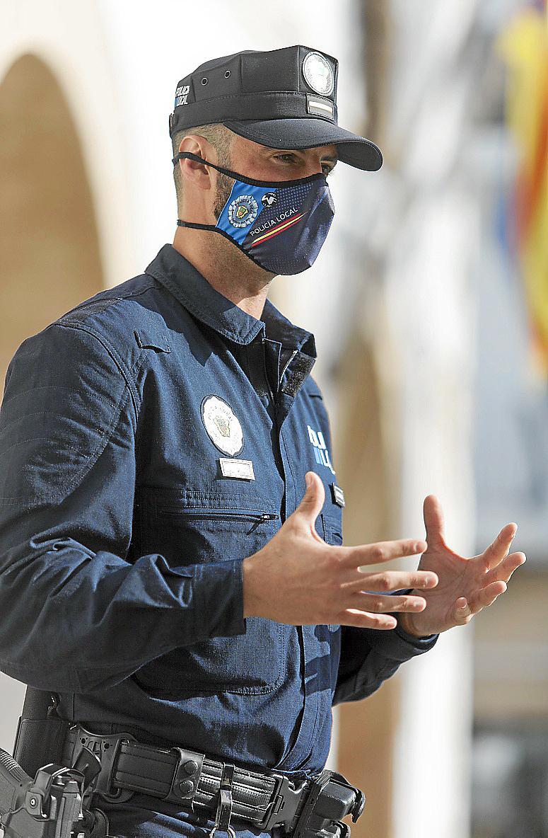 El oficial de Policía, ayer, en Santa Eulària.