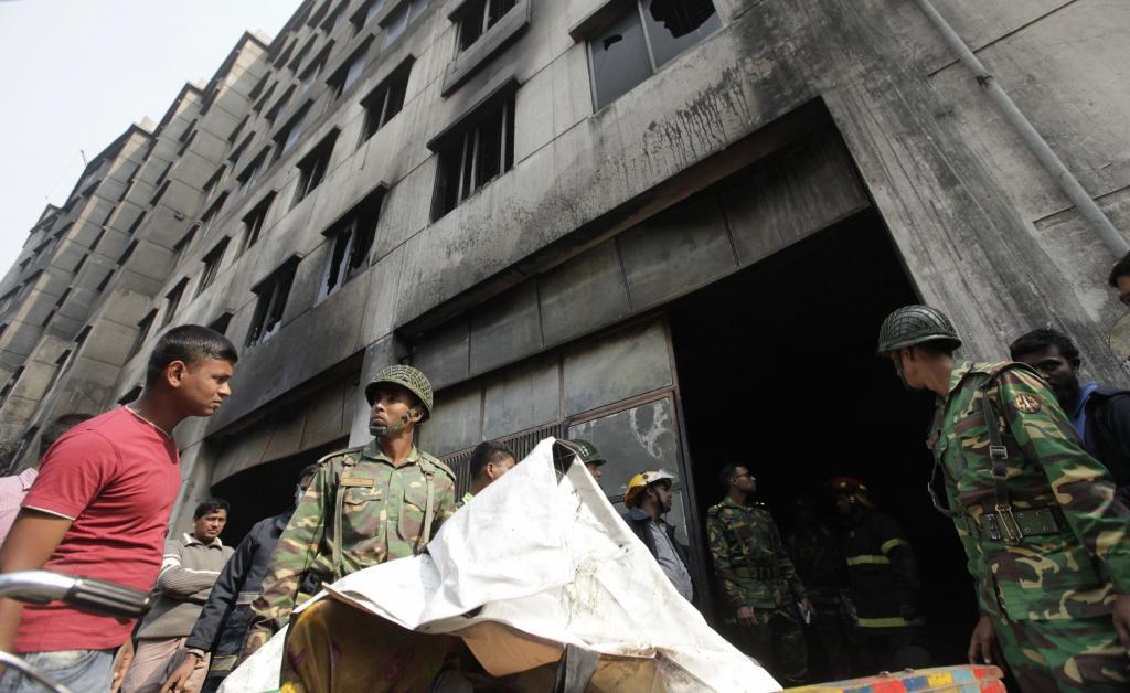 297be02b1d095 El personal militar traslada el cuerpo de un trabajador fallecido en el  incedio.