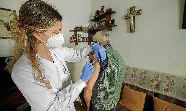 Palma Manacor, enfermeras vacunan en casas particulares a mayores de