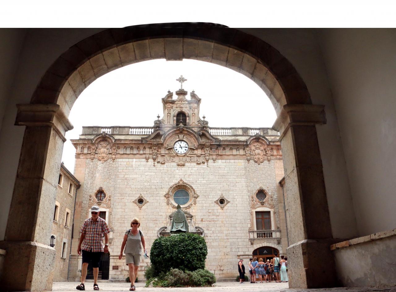 LLUC. SANTUARIOS. Panorámica de la fachada del Santuario de Lluc.