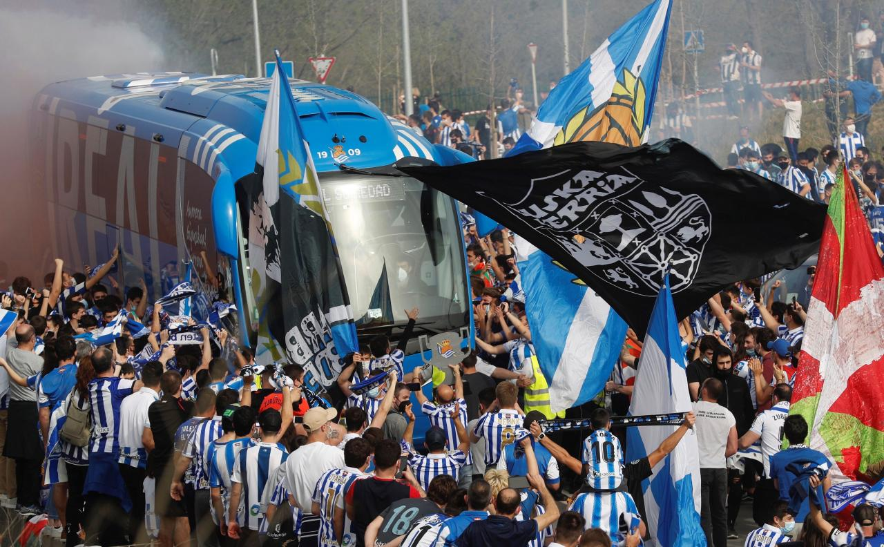 Aficionados de la Real Sociedad animan a su equipo antes de la final de la Copa del Rey