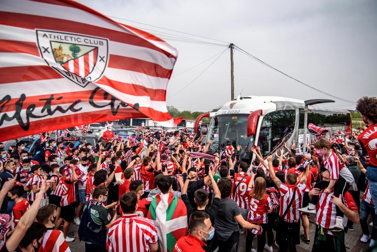 La afición rojiblanca despide al equipo en su salida hacia Sevilla