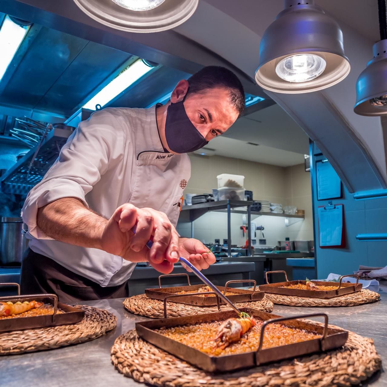 el chef Àlvar Albaladejo prepara un 'Arroz a la llauna con calamar y gamba roja'