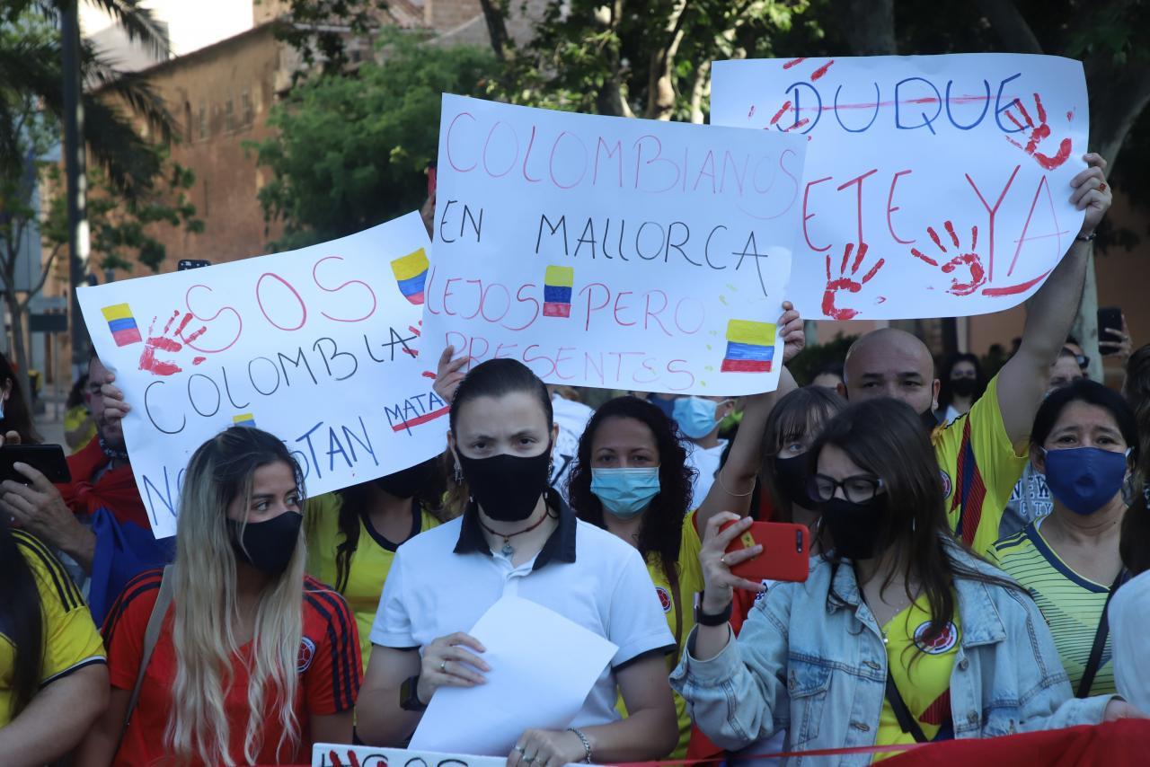 Residente colombianos protestan en Palma contra el Gobierno de su país