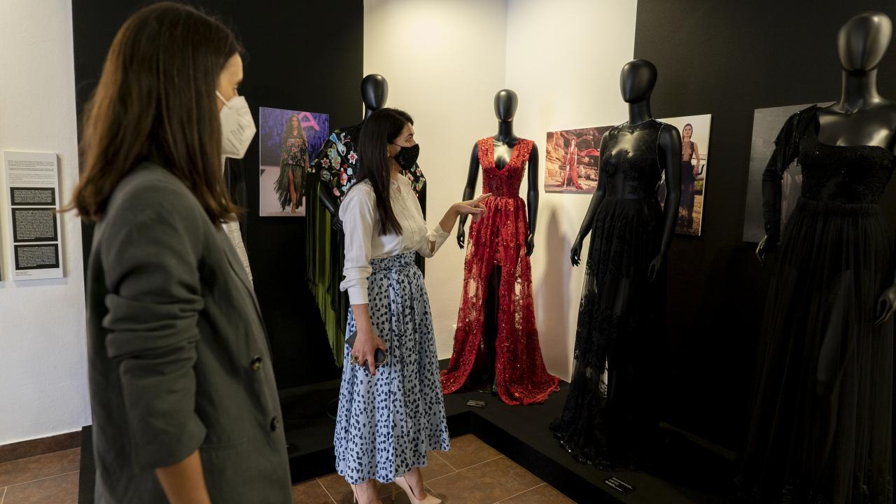 Carmen Coll, comisaria de la exposición, visitando la muestra