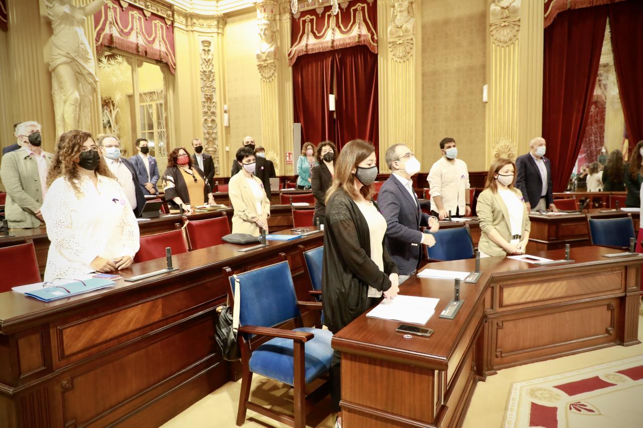 Minuto de silencio en el Parlament por el doble crimen de sa Pobla