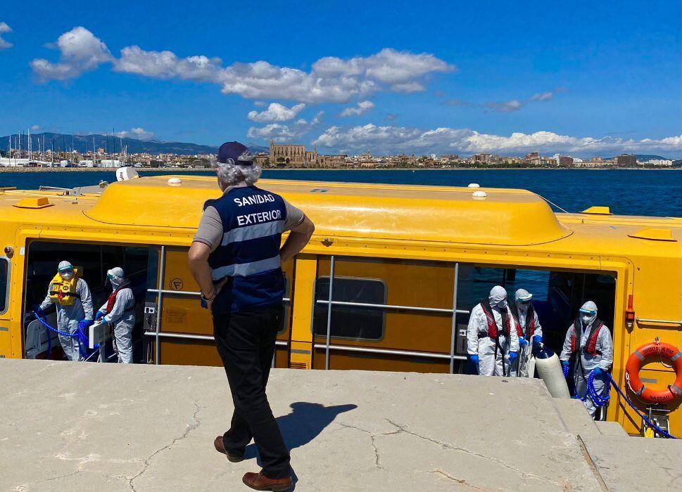 El 'Odyssey of the Seas' deja Palma tras desembarcar a los tripulantes positivos en COVID