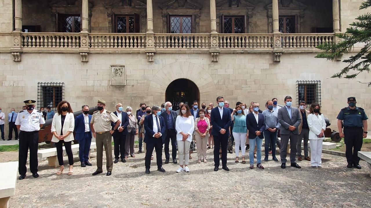 El Govern y representates políticos guardan un minuto de silencio para condenar el asesinato machista de Ibiza