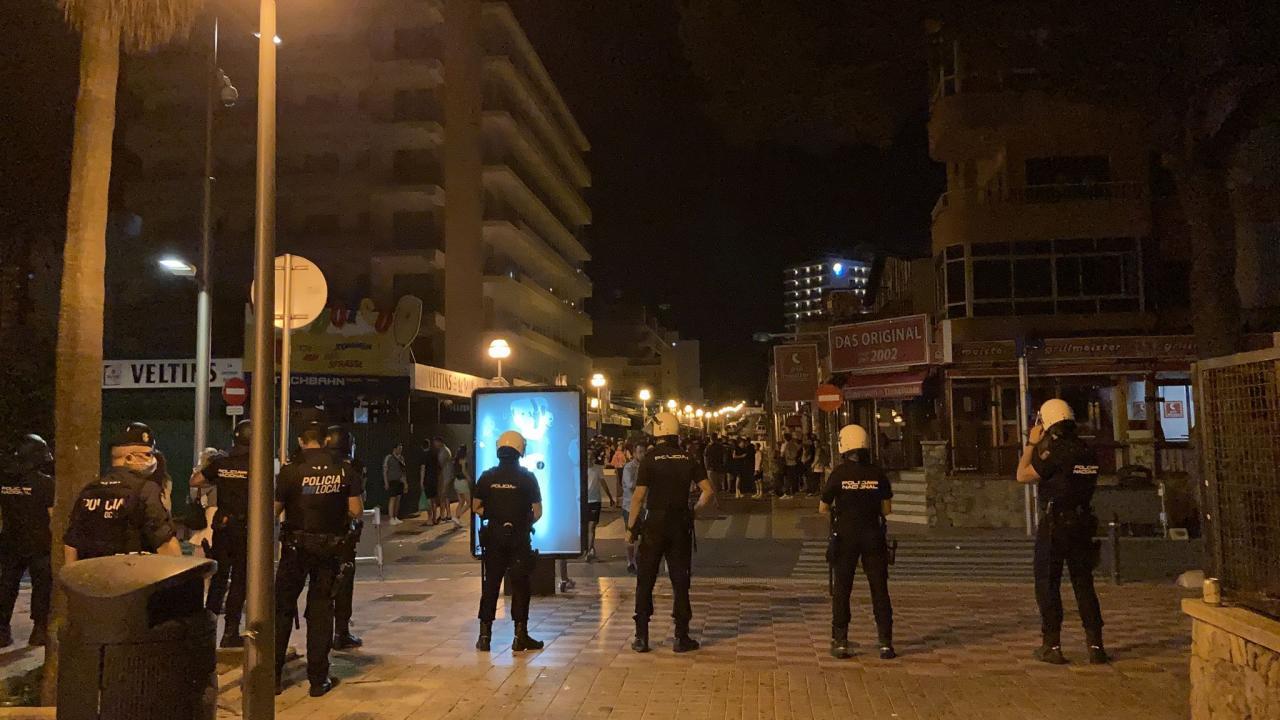 Los antidisturbios tuvieron que realizar algunas cargas en la calle del Jamón.