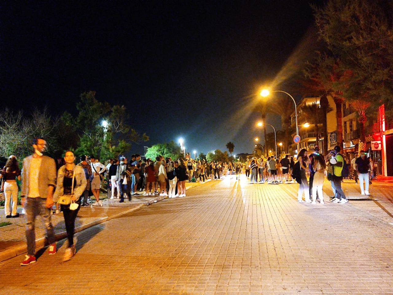 El fin del toque de queda ha dado lugar a que haya más personas en la calle