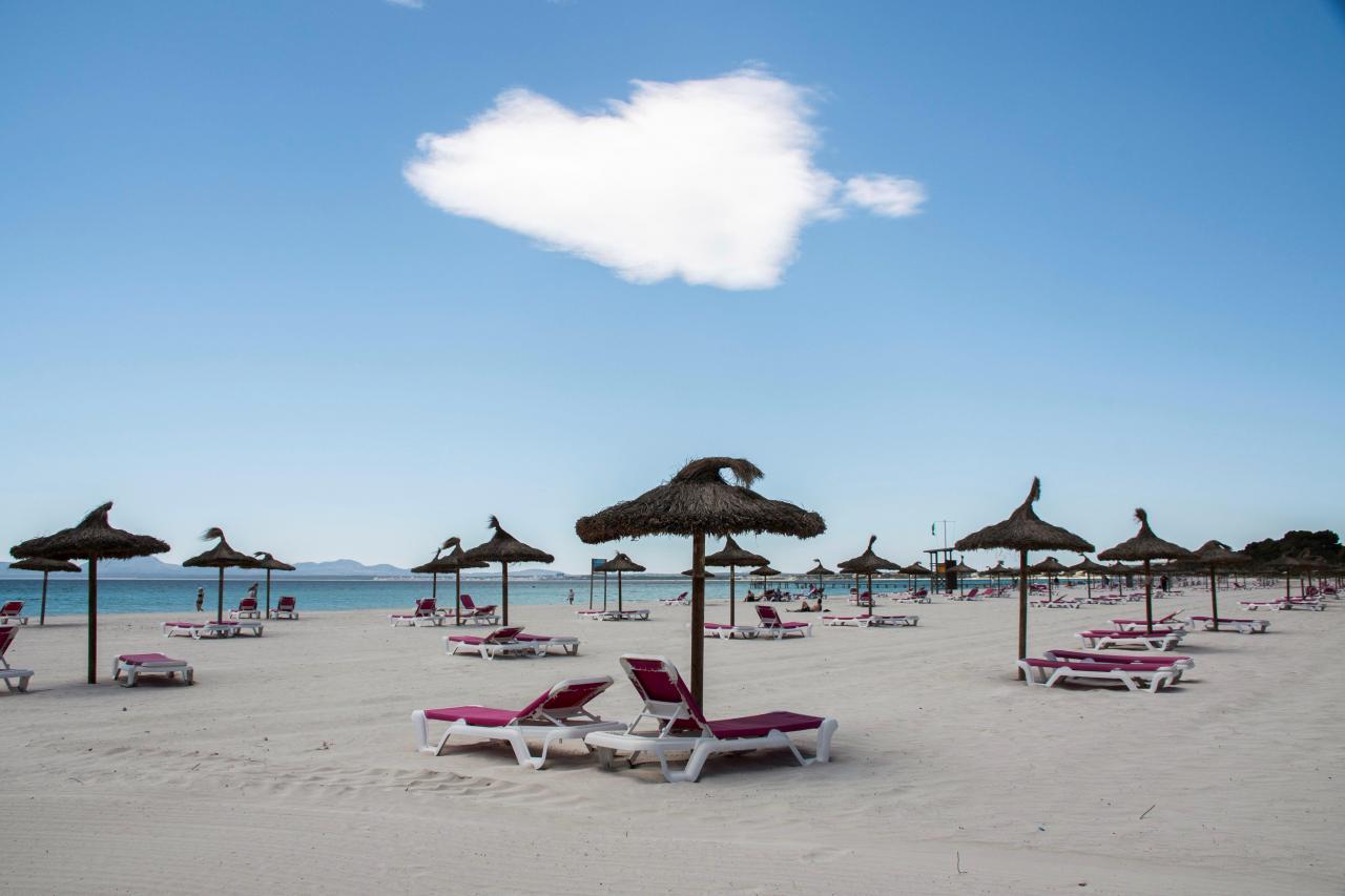 Puesta a punto de las playas en Mallorca para recibir turistas