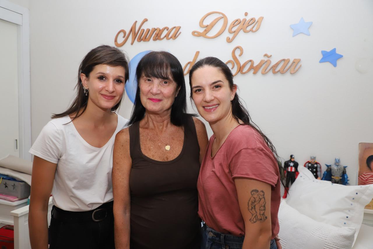 Sofía, Mari Carmen y Gisela, dos generaciones de madres de acogida