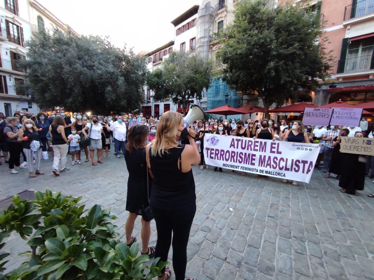 200 personas se concentran en Palma en repulsa por la muerte de la pequeña Olivia